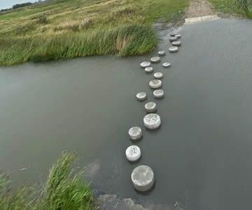 Augustus: Stapstenen geplaatst in de centrale watergang bij de doorwaadplaats